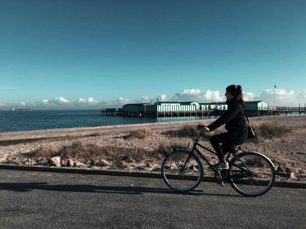 Svea mit Fahrrad am Strand