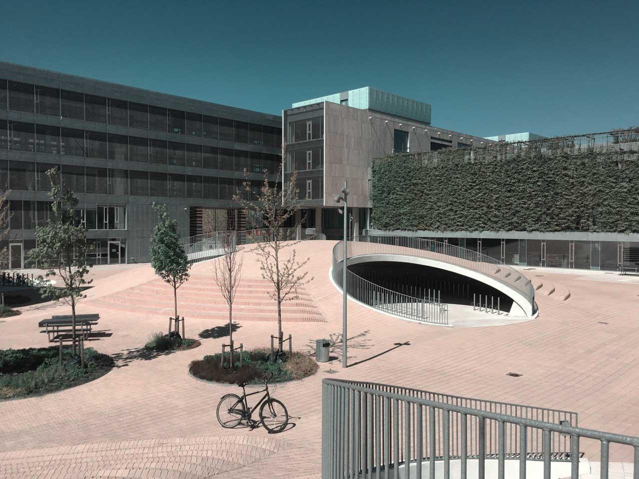 Uni-Campus in Kopenhagen mit Fahrradparkhaus