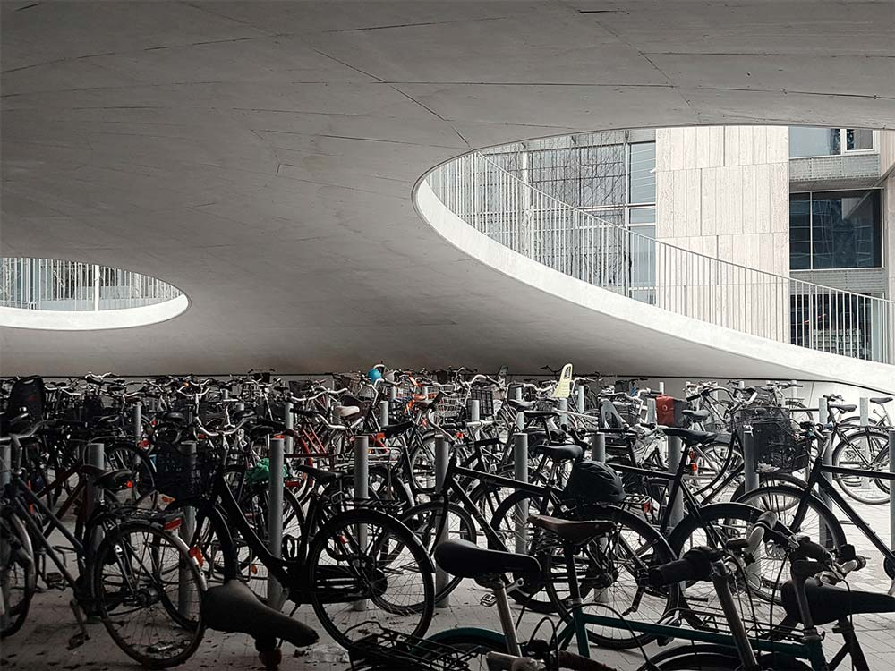 volles Uni-Fahrradparkhaus in Kopenhagen